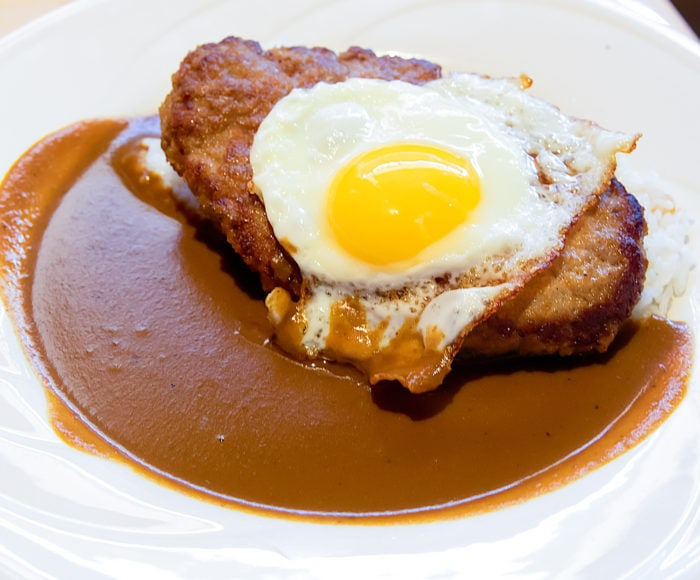 photo of hamburger curry with an egg